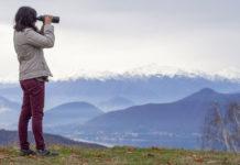 Binocoli Stabilizzati - La-moglie-dell'autore-osserva-dalla-cima-di-una-montagna-con-un-20x60_foto_Piergiovanni_Salimbeni