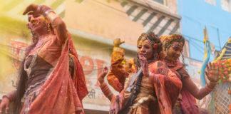 India Mathura - Ragazze che manifestano sui carri durante la sfilata dell Holi Festival. foto ©Cazziol-Mignano